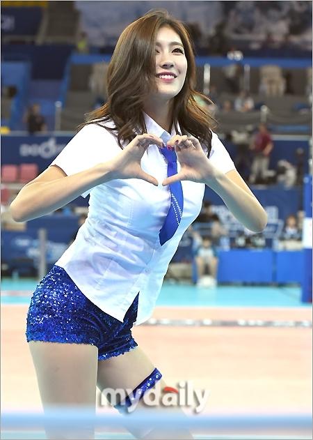 韩国啦啦队助阵排球赛