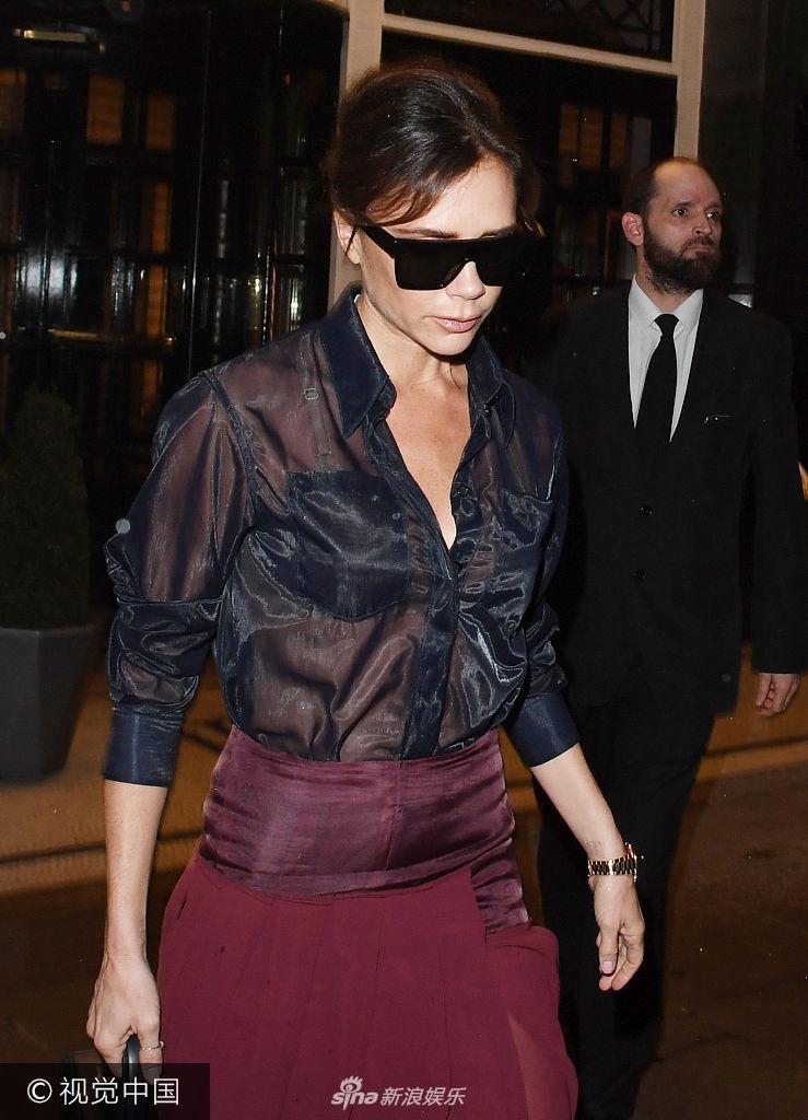 维多利亚·贝克汉姆离开酒店被拍,穿透视衬衫不改凌厉style.-贝嫂维
