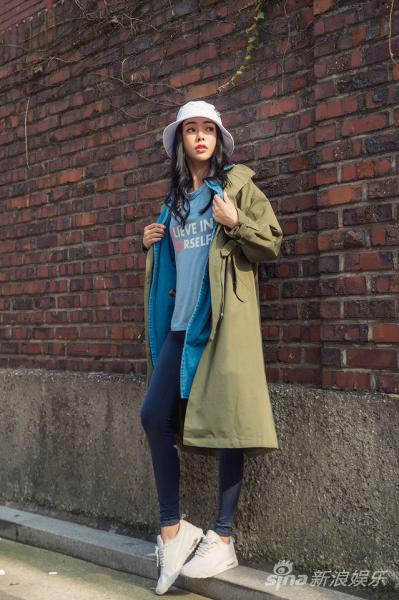 袖上衣搭配深蓝紧身运动裤,凹凸有致的好身材一览无余.-韩国网红