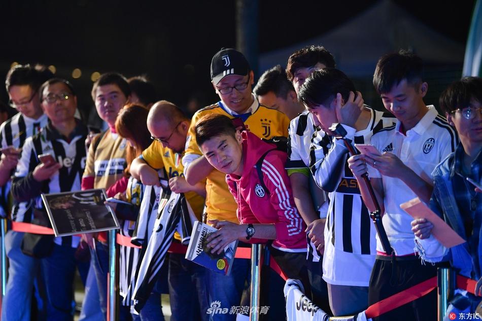 2017年11月11日,重庆,2017中超联赛颁奖典礼,尤文球迷高举内德维德