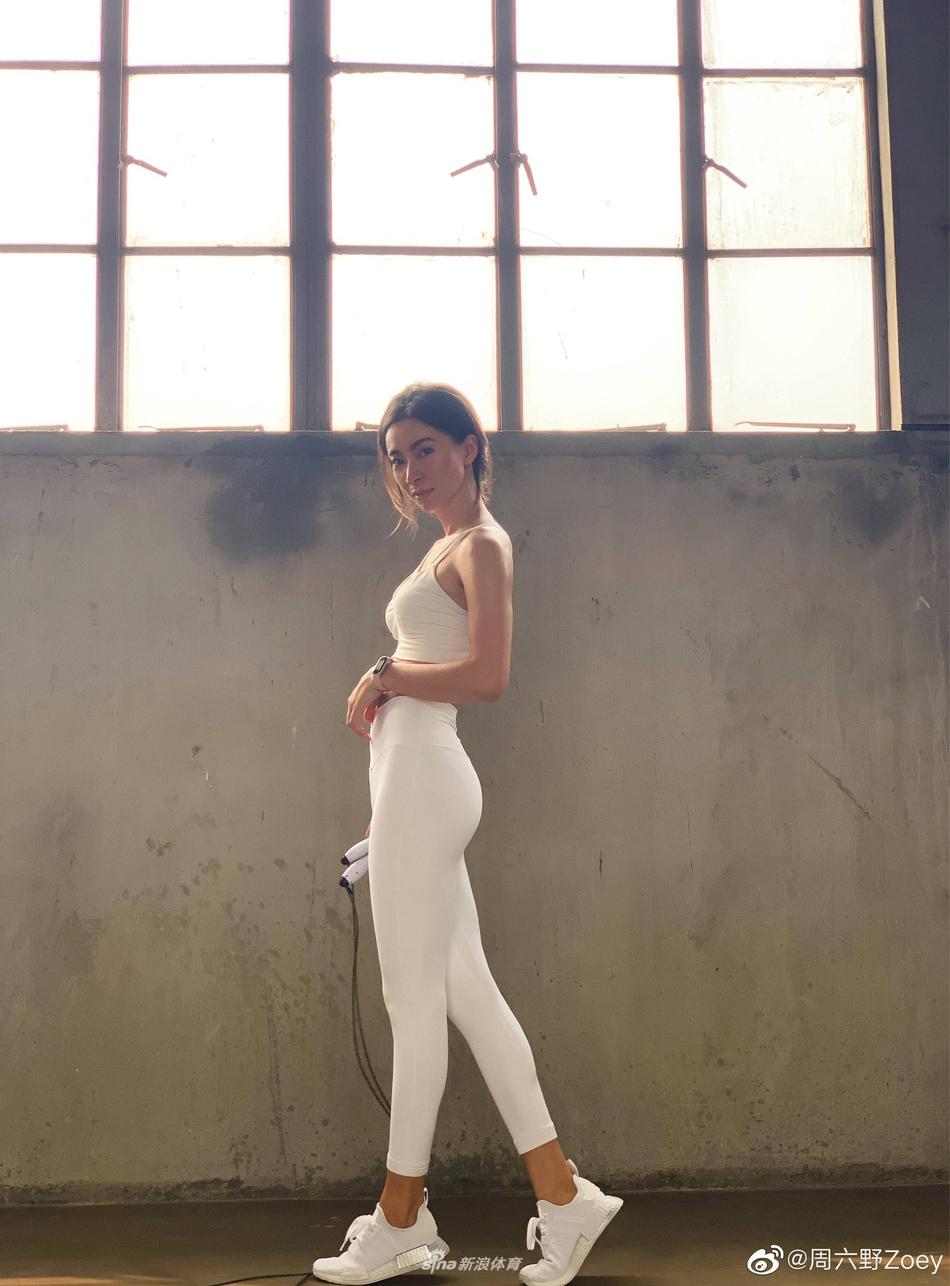 美女运动博主健身美照 健康肤色尽显性感身材