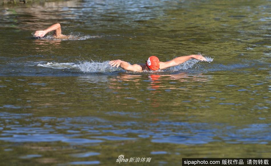 冬泳人也怕冷 双手抱团缓慢下水锻炼身体畅游湖中