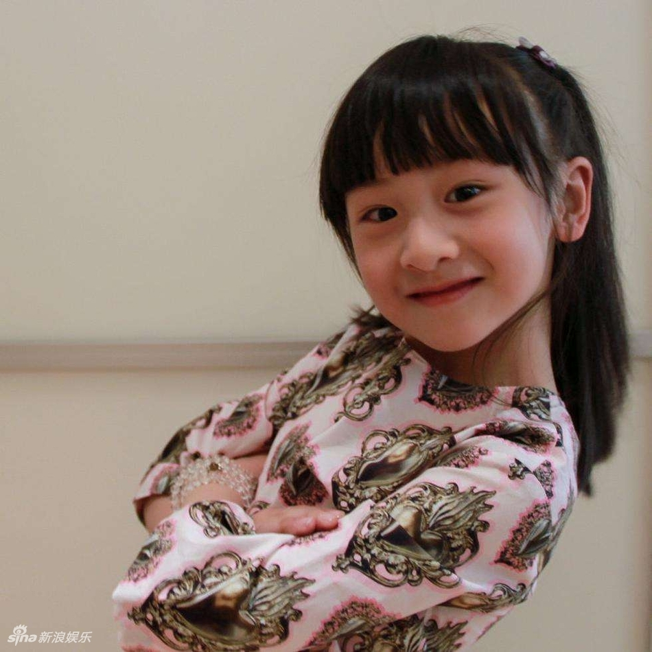 田亮女儿森碟最新写真美照,森碟长发出镜,身穿粉色毛衣搭短裙,