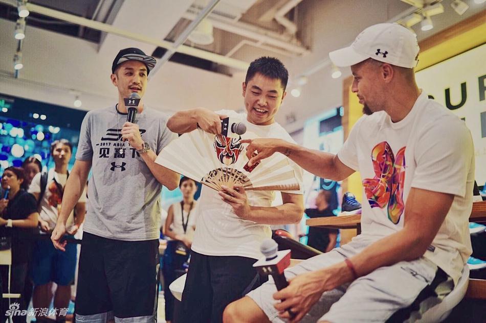 NBA球星斯蒂芬-库里和他的弟弟塞斯-库里已经结束了2017年中国行