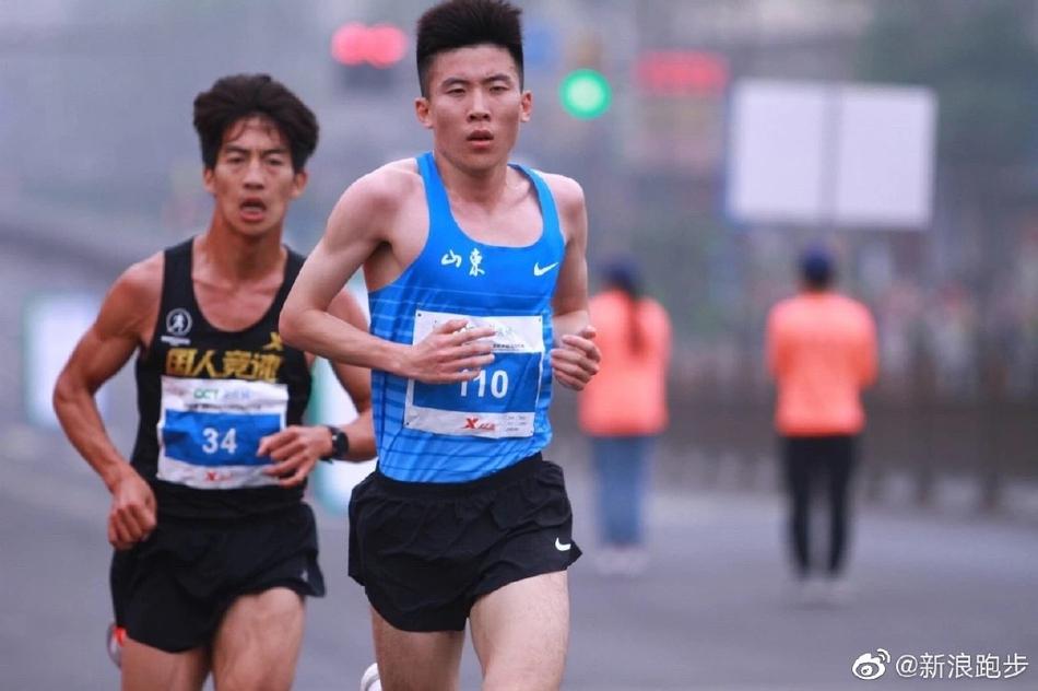 扬州半程马拉松鸣枪起跑