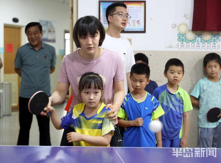 陈梦回家乡与小球员切磋乒乓球
