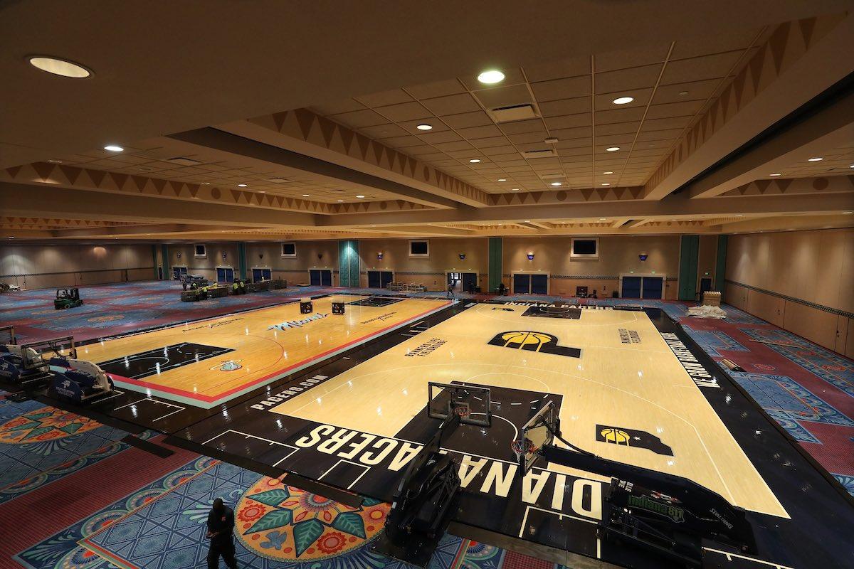 首次曝光!NBA复赛球馆正式装地板,隔离区环境全景图