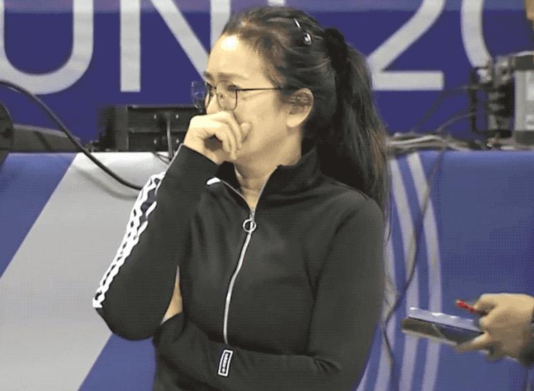 巩俐现身中国女排训练现场 托腮沉思观摩郎平神态图片 326335 771x565