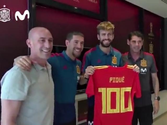 西班牙全队庆祝皮克百场 水爷送100号球衣