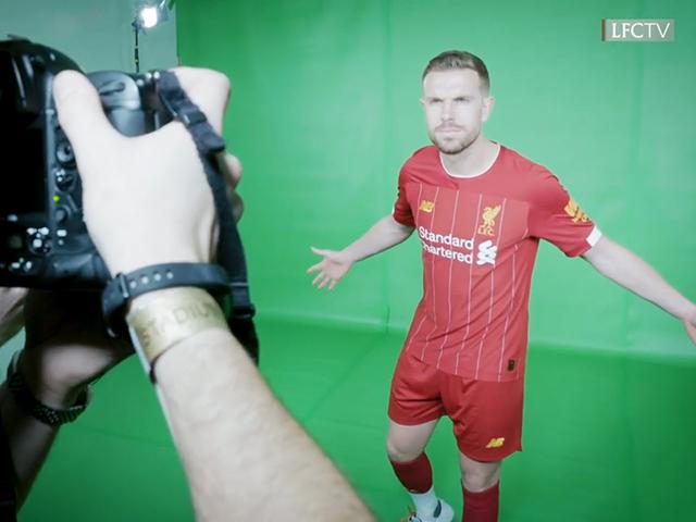 视频-利物浦新赛季球衣拍摄花絮 张伯伦镜头前搞怪