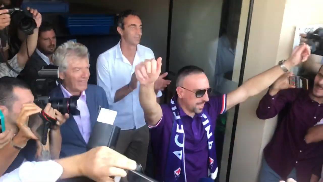 视频-里贝里抵达佛罗伦萨 紫百合球迷热情迎接