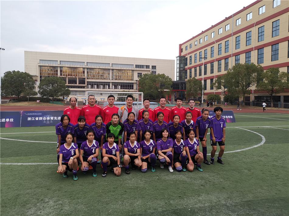 高清-智运会国手进校园参与足球赛