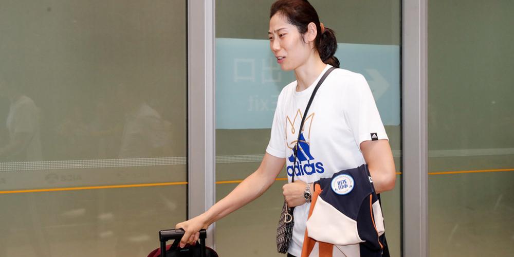 中国女排世界杯夺冠后深夜回国