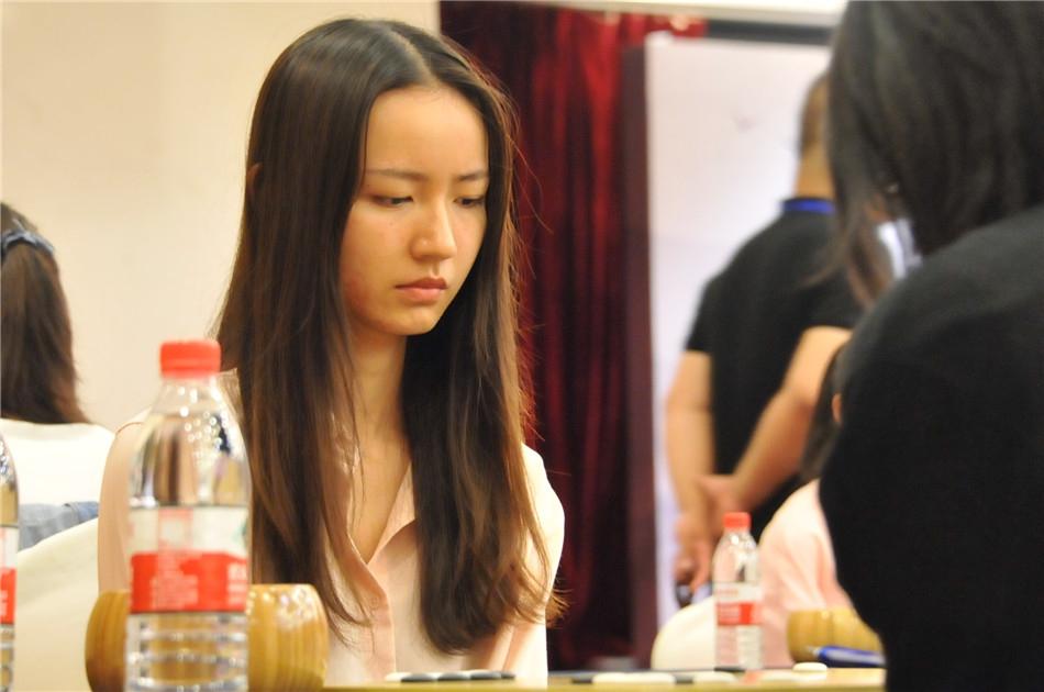 高清-围棋个人赛女棋手特写