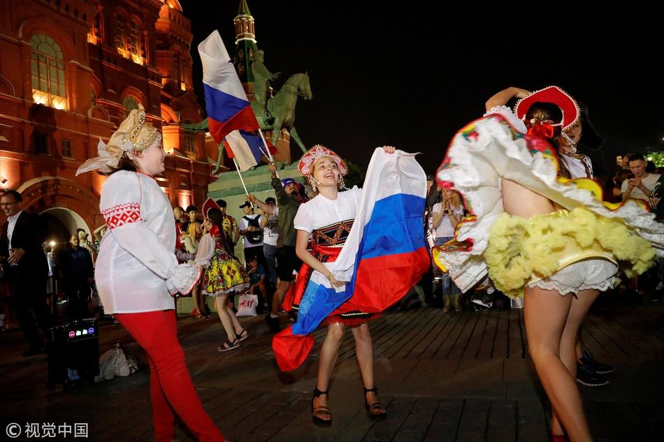 俄罗斯球迷小姐姐狂欢走光