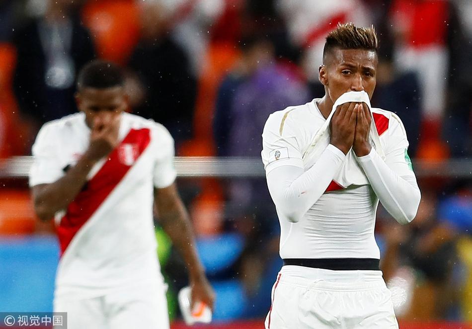秘鲁提前出局球员伤心落泪