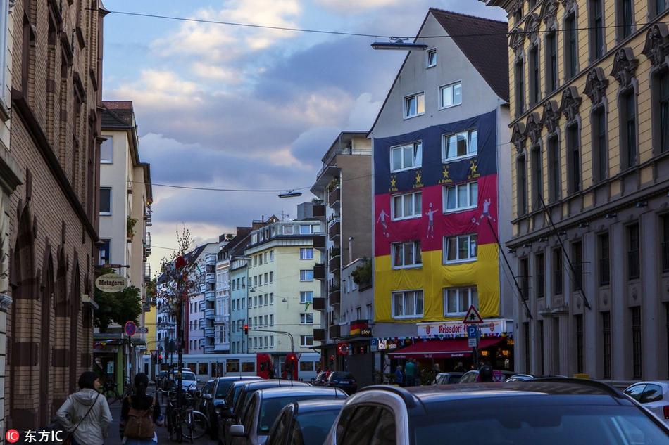 德球迷将公寓外墙涂鸦国旗配色