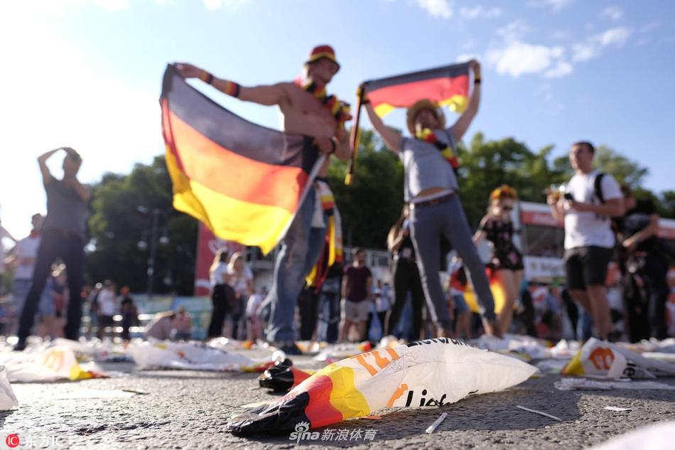 德国勃兰登堡门前垃圾扔满地