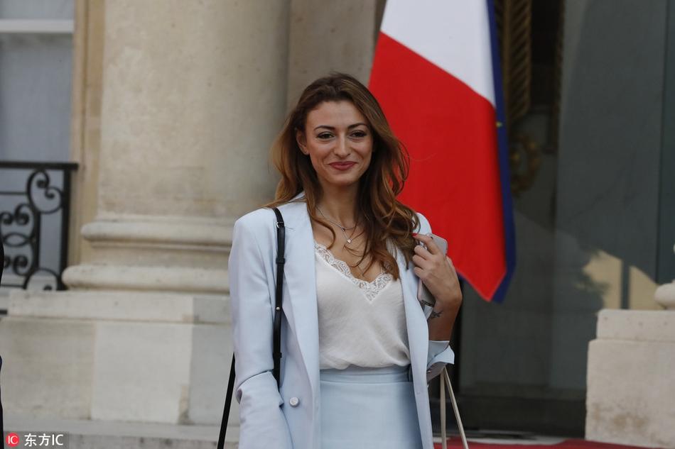 帕瓦尔娇妻现身法国队庆祝仪式