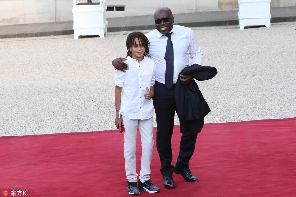 姆巴佩父亲带小儿子出席