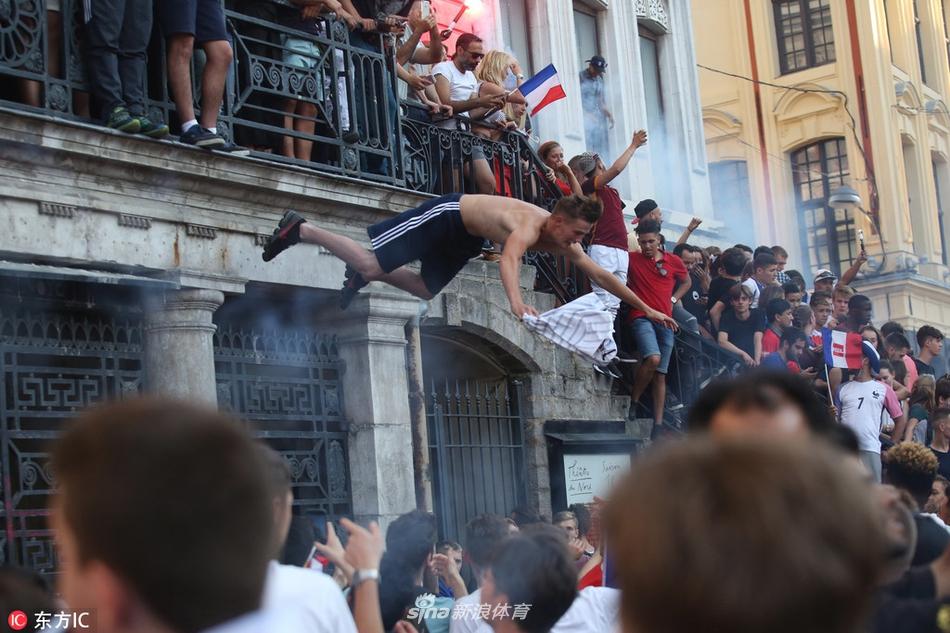 太疯狂了!里尔球迷跳楼庆祝