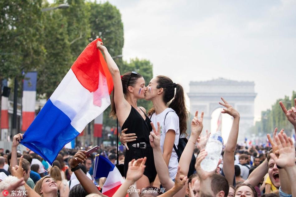 法国人用亲吻迎接大力神杯