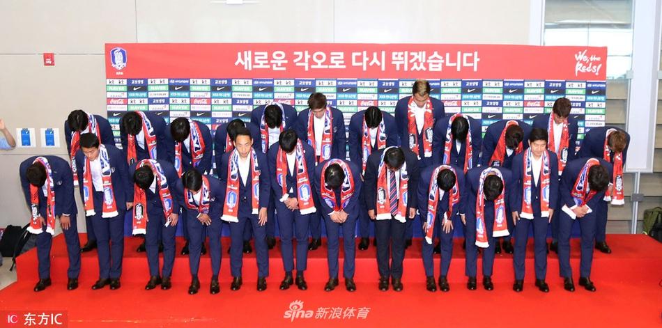 韩国队回国接受采访感谢球迷