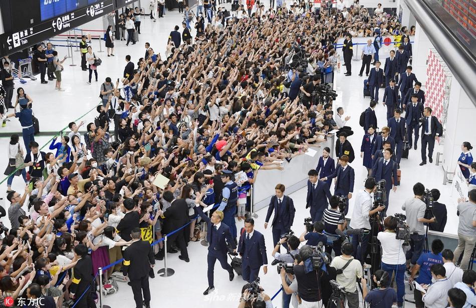 日本队归国近千球迷机场迎接