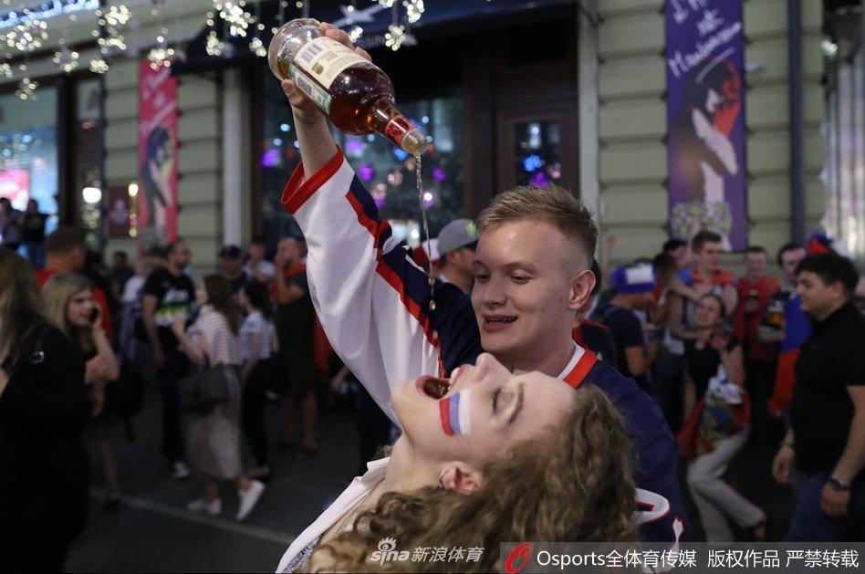 俄罗斯美女球迷庆祝胜利狂饮酒