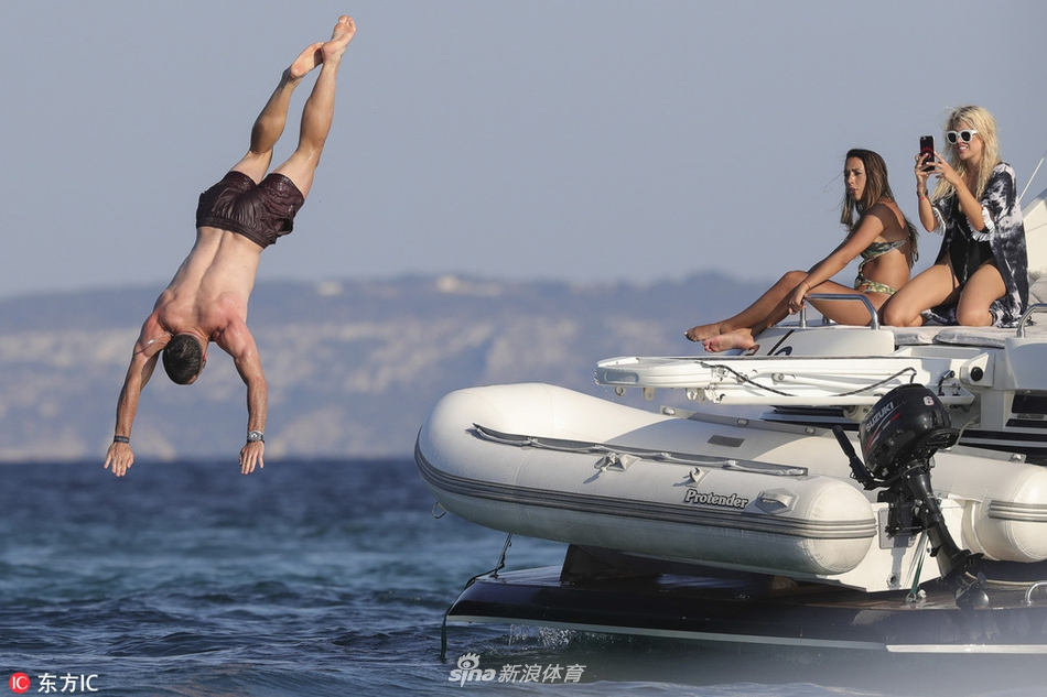 卡瓦哈尔与友人伊比萨岛度假
