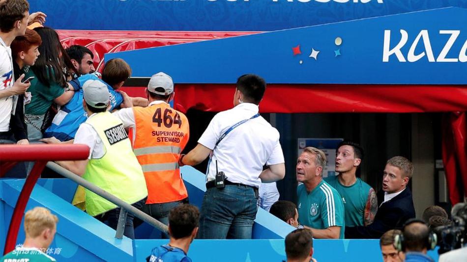 厄齐尔与球迷冲突失控对骂