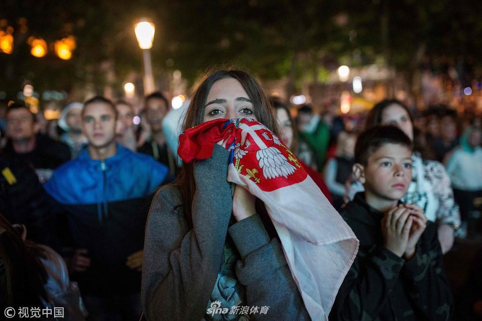 塞尔维亚国内球迷观战难掩失望