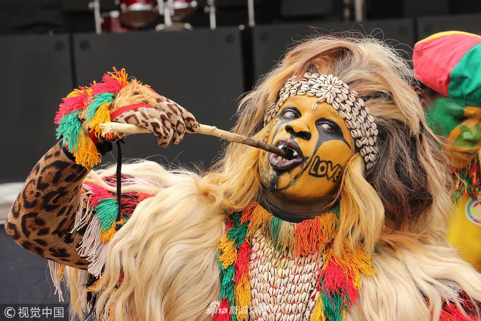 塞内加尔本土球迷扮狮王助威