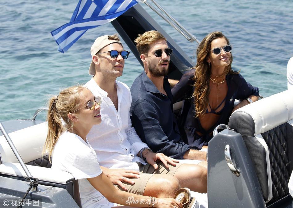 诺伊尔与特拉普携妻子游艇出海