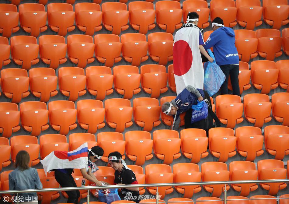 日本球迷赛后清理看台垃圾