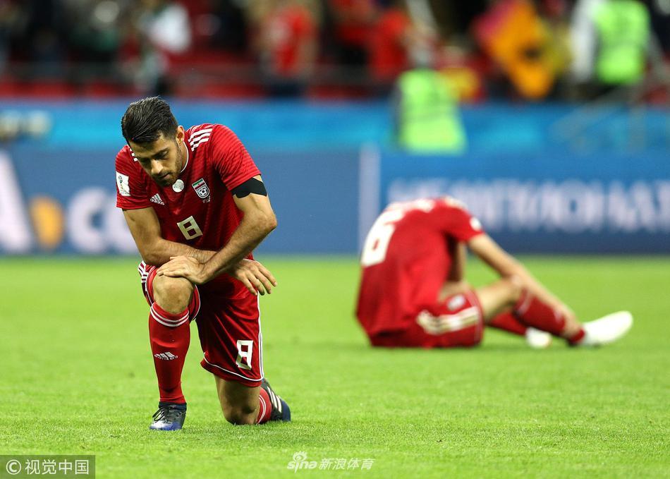 伊朗多名球员赛后跪倒在赛场