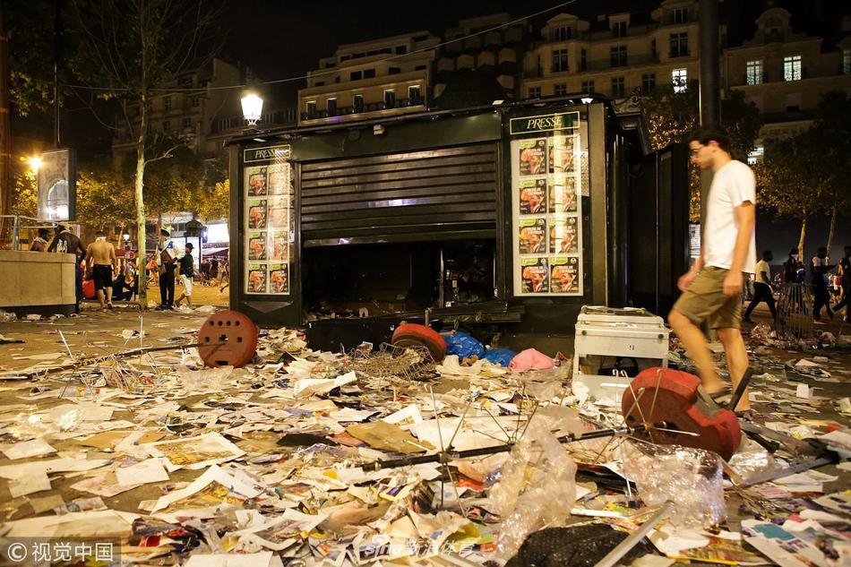法国夺冠游行再爆冲突