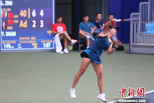 7月23日,2018江正西网球地下赛正赛在南昌开拍打响。图为竞赛中的中国选顺手丹琳。 姜涛 摄