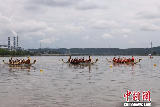 """第五届端午节龙舟赛在中国""""雪城""""牡丹江市开赛。"""