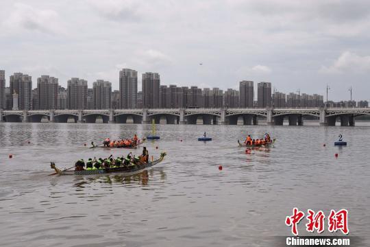 中俄选手竞技暗龙江省始届中俄龙舟大赛。 李学斌 摄