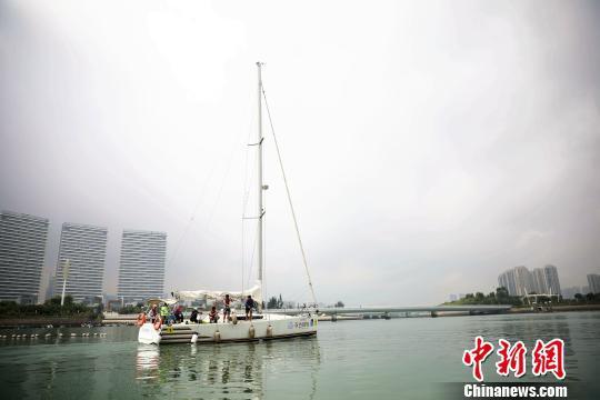 图为比赛帆船驶出五缘湾游艇港。 李思源 摄