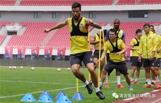 今天上午,青岛黄海青港队在国信体。育场进走了赛前体。面性训练。