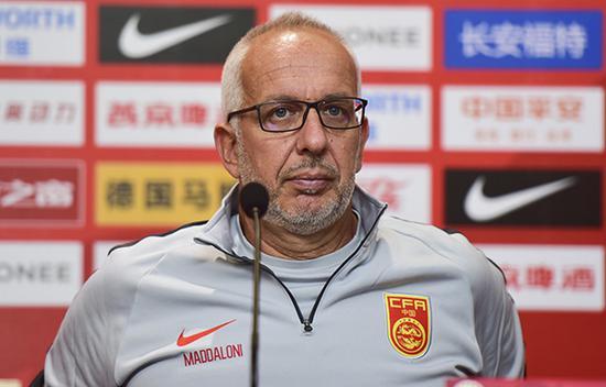 主教练马达洛尼在新闻发布会上。