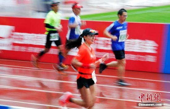 原料图:马拉松比赛转瞬。中新社记者 汤彦俊 摄