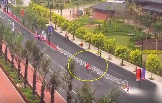 拿国旗的转瞬,直播镜头以远景带过。