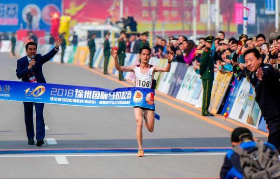 年度国内男子马拉松最佳成绩:2小时14分16秒