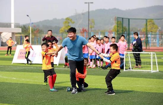 """孩子們在比賽中采用了""""戰術犯規抱大腿""""的方式防守我們的公益大使"""