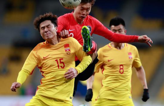 明天(左)和韩国队球员金珍洙(中)在比赛中拼抢。新华社记者 王婧嫱 摄