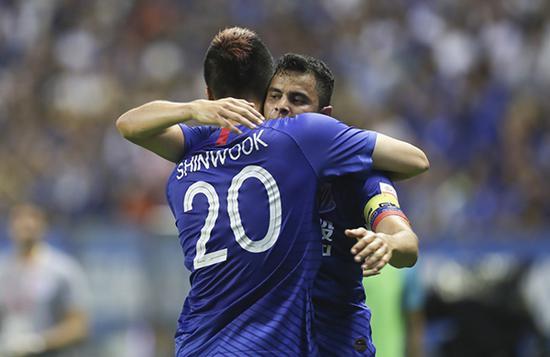 莫雷诺和金信煜拥抱。