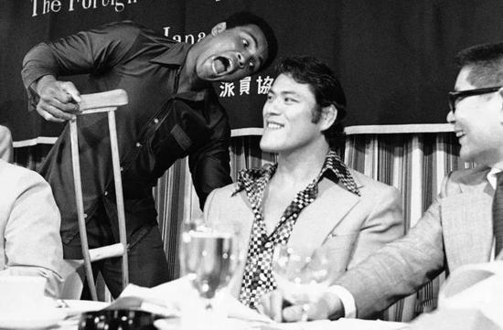 史上首次跨界大战拳王阿里被打伤 观众扔垃圾泄愤
